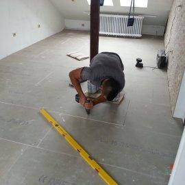 šroubování podlahových dílců
