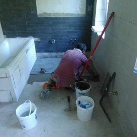 Rekonstrukce bytu na podkovce - pokládka dlažby