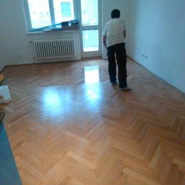 Rekonstrukce Sokolská - lakování podlahy