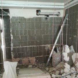 Rekonstrukce bytu Dejvice - bourací práce - koupelna