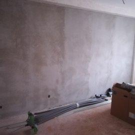 Rekonstrukce bytu Dejvice - oškrábaná zeď