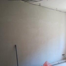 Kompletní rekonstrukce bytu Praha Nusle - vyštukovaná stěna