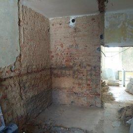 kompletní rekonstrukce bytu Praha 3 - vybouraná koupelna