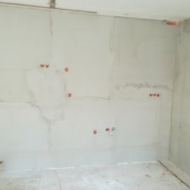 kompletní rekonstrukce panelákového bytu - natažená stěna