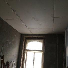 Rekonstrukce dvou bytů - zaklopený sádrokartonový podhled