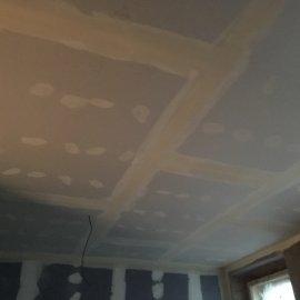 Rekonstrukce dvou bytů - vytmelený sádrokartonový podhled