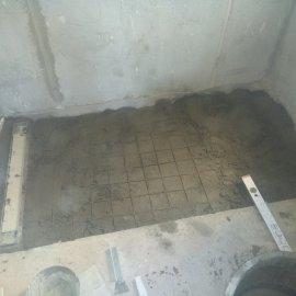 rekonstrukce bytu v Praze 10 - betonování sprchového koutu