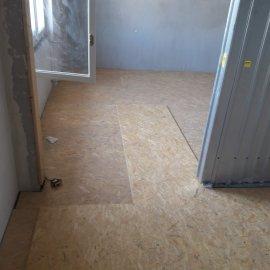 rekonstrukce bytu v Praze 10 - druhá vrstva OSB desek na podlaze