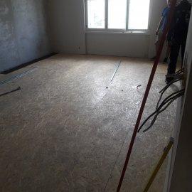 rekonstrukce bytu v Praze 10 - OSB podklad podlahy