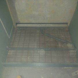 Rekonstrukce 3+kk Praha 10 - betonování sprchové vaničky