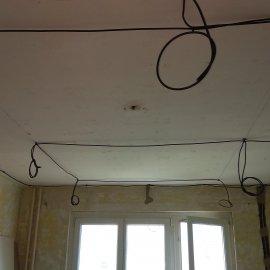 Rekonstrukce 3+kk Praha 10 - rozvod kabelů volně