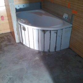 Rekonstrukce bytu v Bráníku - obezdění vany