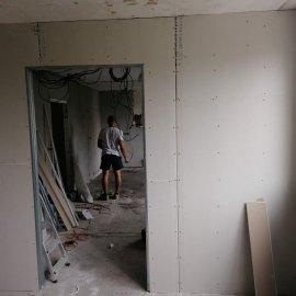 Rekonstrukce bytu v Bráníku - zaklopená sádrokartonová příčka