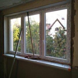 Rekonstrukce bytu v Bráníku - montáž plastového okna