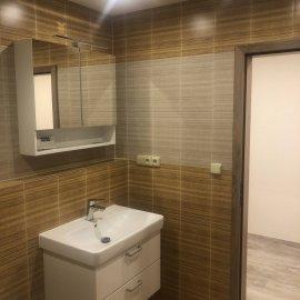 Rekonstrukce bytu v Bráníku - koupelna - pohled na umyvadlo
