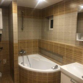 Rekonstrukce bytu v Bráníku - koupelna - pohled na vanu